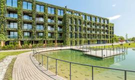 The extensive green facade wraps aroundthe perimeter of the hotel.